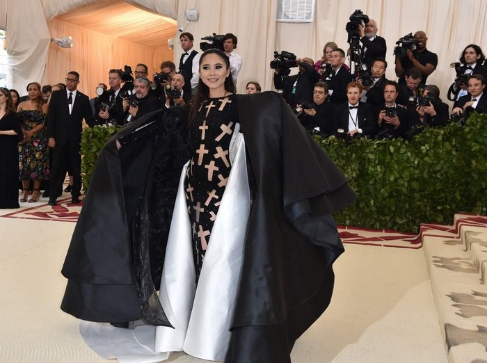 Nga Nguyen arrives for the 2018 Met Gala on May 7, 2018, at the Metropolitan Museum of Art in New York. - The Gala raises money for the Metropolitan Museum of Arts Costume Institute. The Galas 2018 theme is Heavenly Bodies: Fashion and the Catholic Imagination. (Photo by Hector RETAMAL / AFP)