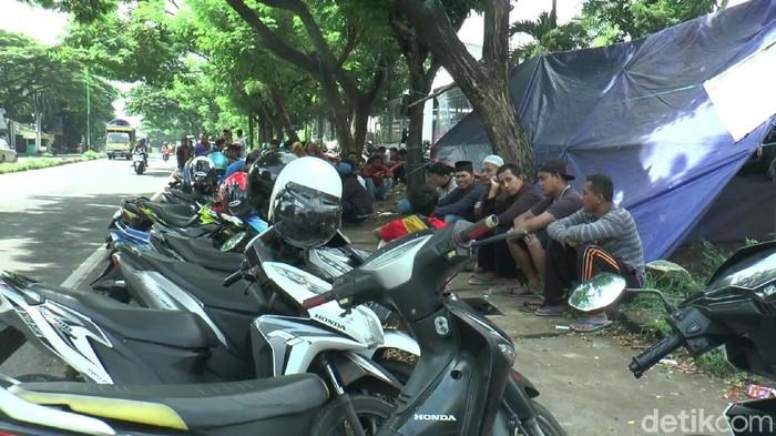 Empat buruh di Pasuruan yang tengah melakukan aksi tewas tertabrak. Tenda yang mereka dirikan tertabrak mobil dini hari tadi.