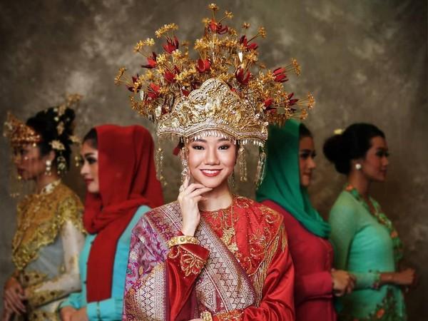 Tak kalah menawan, pakaian adat Bangka Belitung memberikan kesan mewah. Puteri Indonesia Bangka Belitung yang juga Duta Digital Pariwisata Spa 2019 ini memakai hiasan kepala sebagai pelengkap baju adat. (officialputeriindonesia/instagram)