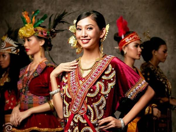 Sulawesi Barat diwakili oleh Euodia Octavia. Dengan baju merah dan beberapa aksesoris khas yang dikenakan, pakaian adat khas Sulawesi Barat terlihat manis dikenakan Euodia. (officialputeriindonesia/instagram)