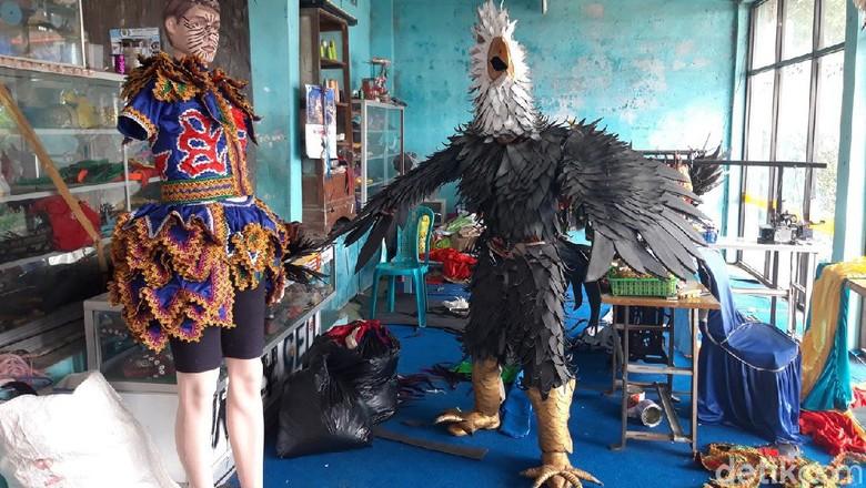 Perajin Kostum Reog di Lereng Merapi