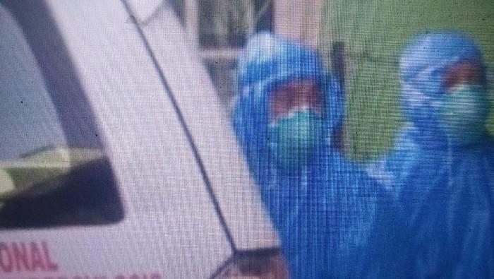 Petugas Pakai Jas Hujan di Tasikmalaya