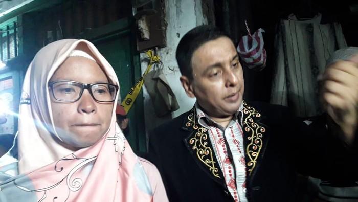 Ibunda korban pembunuhan (kiri) didampingi pengacara Azam Khan