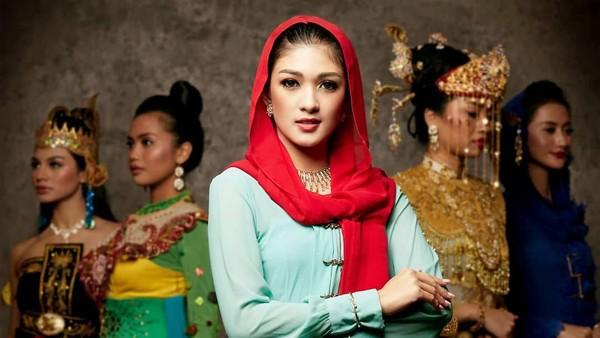 Puteri Indonesia asal DKI Jakarta, Stephanie Cecillia tampak cantik memakai pakaian adat betawi. Pakaian adat betawi dipengaruhi beberapa macam budaya, seperti Arab, Barat dan Melayu. (officialputeriindonesia/instagram)