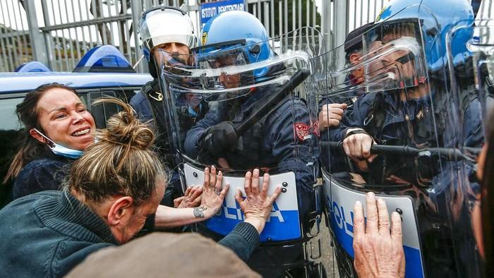 Tahanan di sejumlah penjara di Italia menggelar aksi unjuk rasa. Mereka protes kebijakan baru pemerintah terkait pencegahan virus corona di dalam penjara.