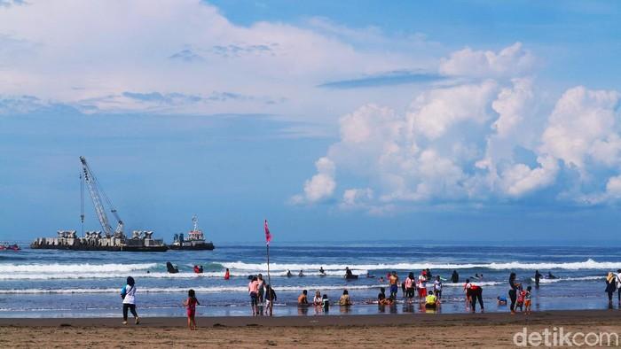 Suasana wisata di pantai Pangandaran