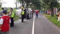 Tabrak Motor, Sebuah Minibus Muat 14 Penumpang Terguling di Tulungagung