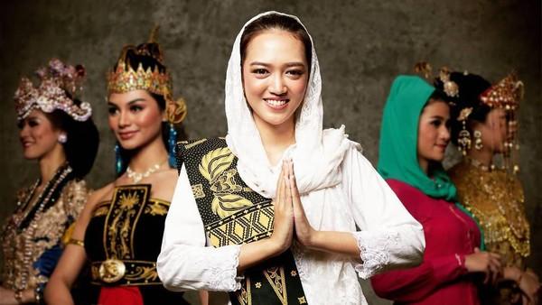 Pakaian adat Banten dikenakan oleh Putri Indonesia Banten 2020, Ratu Lucky Nitibaskara. Dengan perpaduan putih dan hitam, Lucky terlihat sederhana namun anggun. (officialputeriindonesia/instagram)