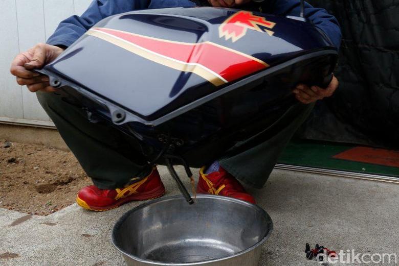 Bersihkan karat pada tangki bensin
