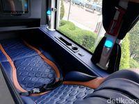 Jok sleeper bus bikin penumpangnya bisa rebahan.