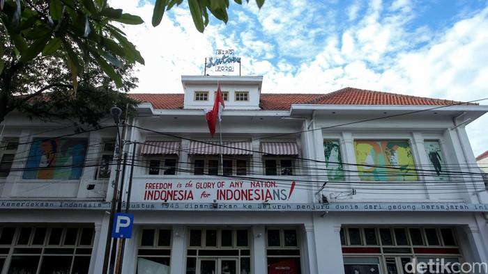 Sebuah bangunan cagar budaya yang menjadi tonggak sejarah perjuangan bangsa, Gedung Antara yang terletak di Kawasan Pasar Baru tengah mengalami polemik. Seperti apa?