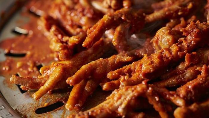 Beondegi on frying pan, Beondegi is a Koreanstreet foodmade withsilkwormpupae as boiled or steamed