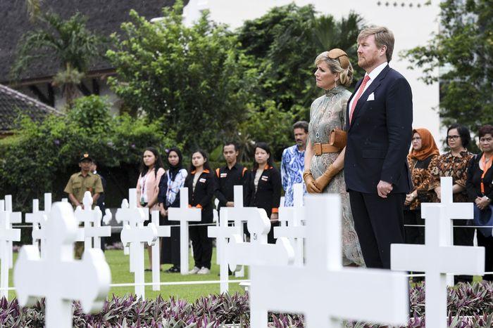 Raja Belanda Willem Alexander (kedua kanan) didampingi Ratu Maxima Zorreguieta Cerruti (kanan) mendengarkan pembacaan puisi usai meletakan karangan bungan saat berkunjung ke Ereveld Menteng Pulo, Jakarta, Selasa (10/3/2020). Kunjungan Raja dan Ratu Belanda ke pemakaman sekitar 4.300 tentara Belanda pada Perang Dunia Kedua dan Perang Kemerdekaan RI itu diisi dengan peletakan karangan bunga dan mendengarkan pembacaan puisi. ANTARA FOTO/Hafidz Mubarak A/hp.
