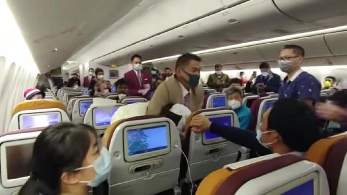 Wanita tersebut meludah di dalam pesawat karena tidak sabar menunggu 7 jam lebih untuk turun.