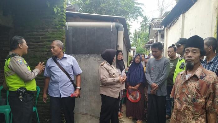 Pasutri di Kabupaten Malang ditemukan tewas di dalam rumahnya. Mereka diduga bunuh diri.