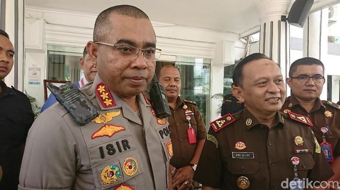 3 Tersangka pembunuhan hakim Jamaluddin diserahkan ke Kejari Medan. Kapolrestabes Medan Kombes Jhonny Eddizon Isir dan Kajari Medan Dwi Setyo Budi Utomo hadir.
