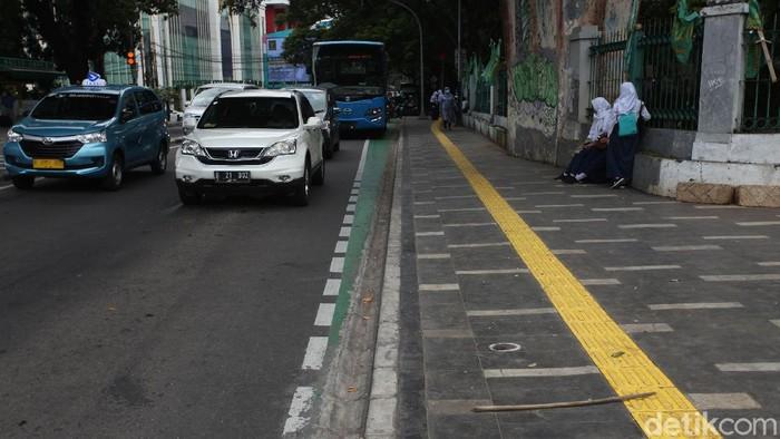 Jalur sepeda di kawasan Menteng, Jakarta, tak semulus seperti kelihatannya. Dalam foto, jalur tersebut malah nabrak tiang dan trotoar. Kok bisa?