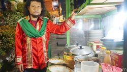 Mirip Rhoma Irama, Pedagang Ketoprak Ini Jualan Pakai Kostum Raja Dangdut