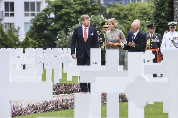 Raja Belanda Willem Alexander (kiri) didampingi Ratu Maxima Zorreguieta Cerruti (tengah) berbincang dengan Direktur Oorlogs Graven Stichting (Yayasan Makam Kehormatan Belanda) Robbert Van De Rijdt (kanan) saat berkunjung ke Ereveld Menteng Pulo, Jakarta, Selasa (10/3/2020).