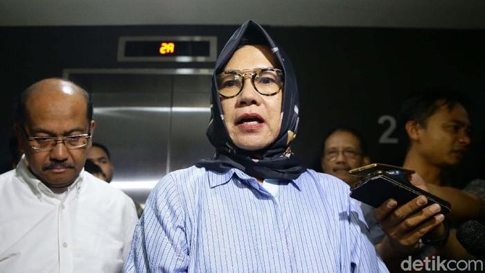 Mantan Dirut Pertamina Karen Agustiawan keluar dari Rutan Kejagung usai putusan bebas lepas dinyatakan Mahkamah Agung (MA). Karen tampak melambaikan tangan.