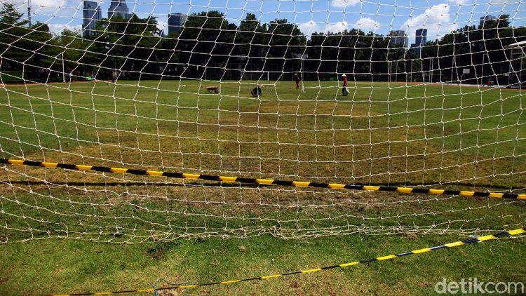 Merawat Rumput Lapangan Sepakbola Blok S