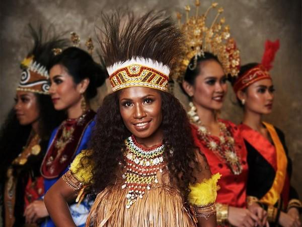 Puteri Indonesia dari Papua, Hermin Rachel mengenakan baju adat khas daerahnya. Menurut Hermin, Cantik tidak harus putih, namun harus perempuan. (officialputeriindonesia/instagram)
