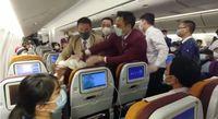 Tak Boleh Turun Pesawat karena Corona, Wanita Sengaja Batuk ke Pramugari