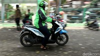 Viral Bikin Haru, Abang Ojol Pasang Badan Lindungi Barang dari Semprotan Truk Disinfektan