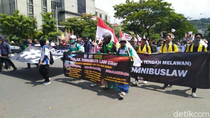 Massa aksi menolak Omnibus Law di depan kantor DPRD Jawa Tengah, Jalan Pahlawan, Semarang, Rabu (11/3/2020).