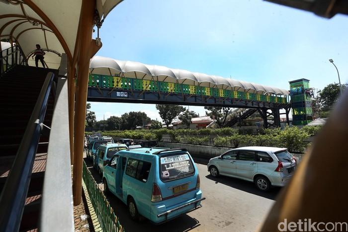 Usai direvitalisasi, desain Jembatan Penyeberangan Orang (JPO) yang berada di Jalan Raya Pasar Minggu, Jakarta, kini terlihat keren dan bernuansa Betawi.