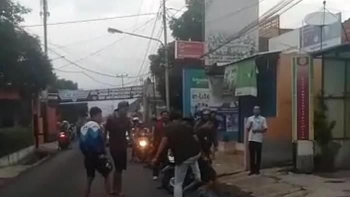 Pria di Sumedang dikeroyok dan dilindas motor sekelompok orang
