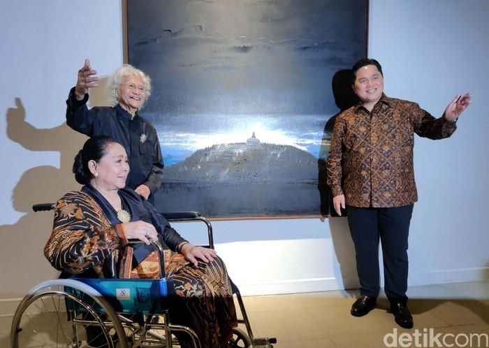 Maestro Seni Lukis Srihadi Soedarsono menggelar pameran tunggal dan meluncurkan buku bertajuk 'Man x Universe' di Galeri Nasional Jakarta. Menteri BUMN Erick Thohir pun membuka secara resmi acara tersebut.