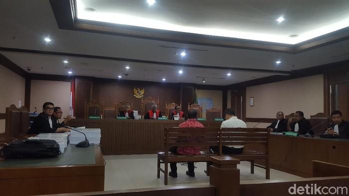 Mantan Kadis Pekerjaan Umum (PU) Provinsi Papua, Mikael Kambuaya dituntut jaksa KPK 8 tahun penjara (Zunita Amalia Putri/detikcom)