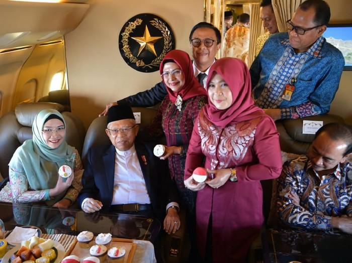 Maruf Amin dapat ucapan selamat ulang tahun dari kru pesawat kepresidenan. (Foto: Dok. Setwapres)