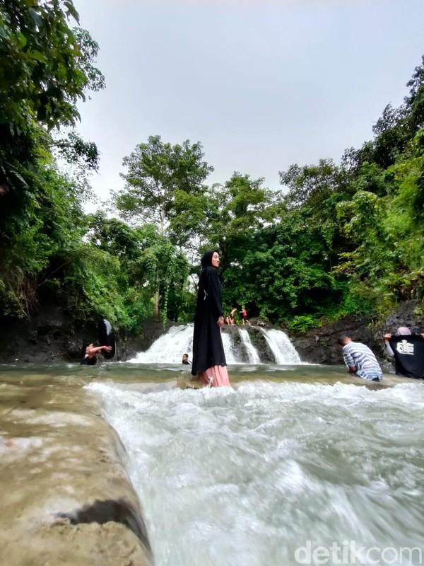 Traveler pun bisa berfoto-foto Instagramable di sekitar air terjun ini. Nantinya akan dibangun beberapa spot instagramable lagi di sekitar sungai. (Hasrul Nawir/detikcom)