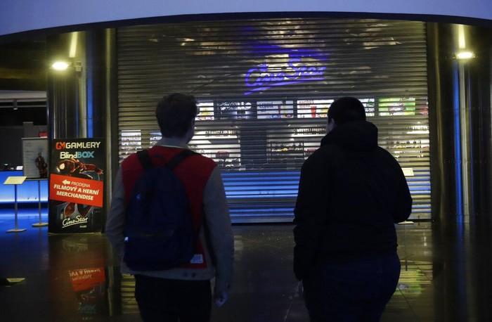 Republik Ceko memberlakukan sejumlah kebijakan guna cegah meluasnya penyebaran virus corona. Sekolah hingga tempat hiburan seperti bioskop ditutup sementara.