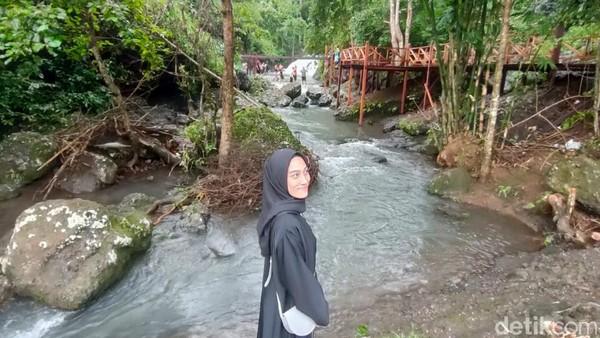 Humaerah, salah satu pengunjung mengaku cukup terpukau dengan pemandangan yang tersaji di air terjun mini Barutungnge. Suasananya sangat asri, udaranya segar. (Hasrul Nawir/detikcom)