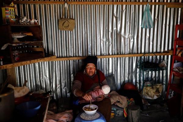 Keluarga Chura rela hidup seadanya di La Rinconada. Lima dari delapan anaknya hidup bersamanya di rumah seng. Yang tertua Natalie sudah berumur 13. Dan si bungsu Alizon masih masa menyusui, dan sering dia gendong saat mencari emas.