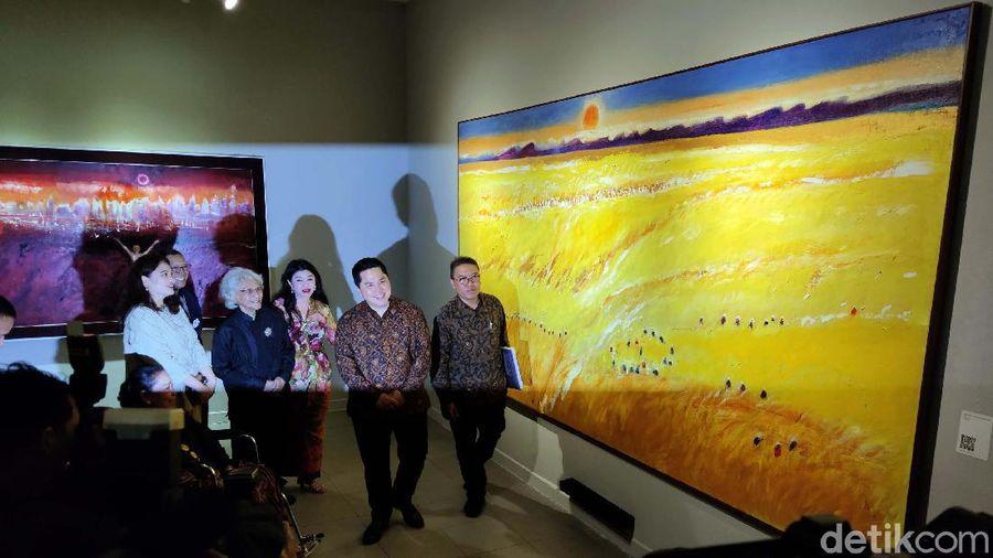 Maestro Seni Lukis Srihadi Soedarsono menggelar pameran tunggal dan meluncurkan buku bertajuk Man x Universe di Galeri Nasional Jakarta. Menteri BUMN Erick Thohir pun membuka secara resmi acara tersebut.