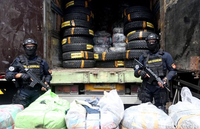 Dirjen Bea dan Cukai bersama BNN tangkap pengedar narkoba jaringan internasional. Selain narkoba, ratusan baju bekas impor ilegal juga diamankan petugas.