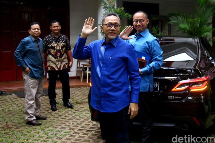 Ketua Umum PAN Zulkifli Hasan mendatangi kediaman Menhan Prabowo Subianto di Kertanegara, Jakarta. Tak sendiri, sejumlah elite PAN lain turut dampingi Zulhas.