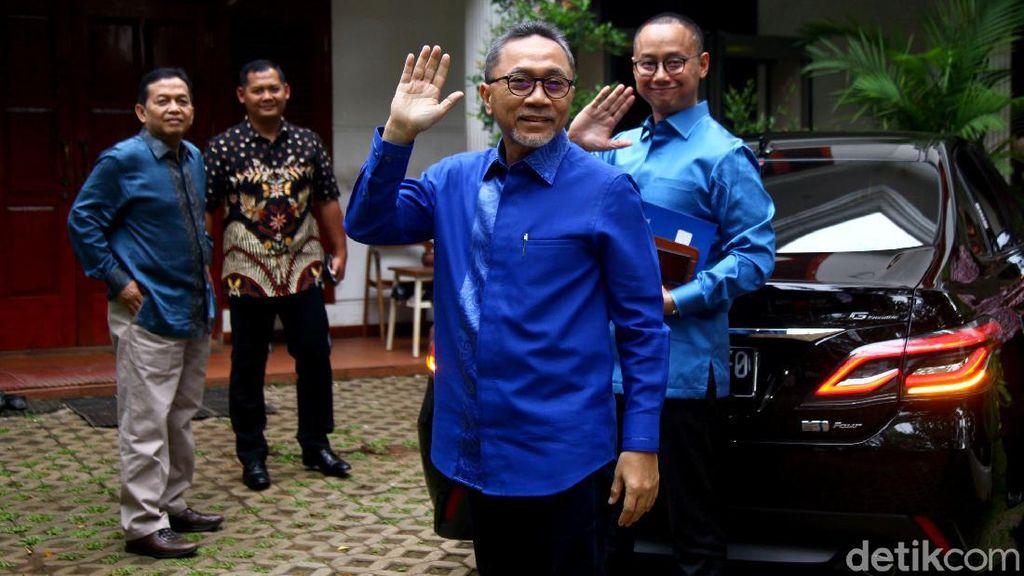 Lambaian Tangan Zulhas Saat Berkunjung ke Kediaman Prabowo