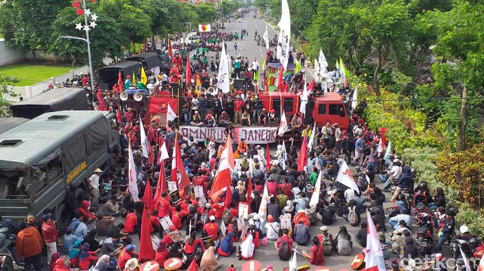 Massa buruh dan mahasiswa bergerak dari Bundaran Waru ke Frontage Jalan Ahmad Yani, Surabaya. Mereka akan menggelar deklarasi tolak Omnibus Law.