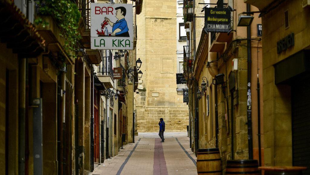 Lagi Karantina, Warga Spanyol Main Bingo dari Jendela Apartemen