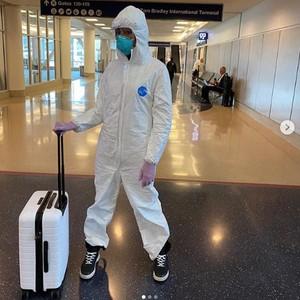 Gaya Naomi Campbell Naik Pesawat Pakai Baju Anti Virus Hingga Face Shield