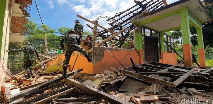Bangunan SDN Jayanegara di Kabupaten Sukabumi porak poranda usai digoyang gempa. Ratusan siswa sekolah itu pun diliburkan akibat bangunan sekolah yang rusak.
