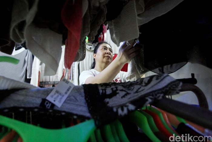 Di tengah isu corona yang merebak, penjualan pakaian impor masih eksis diminati warga. Terbukti sentra penjualan pakaian impor masih ramai di kawasan Pasar Baru.