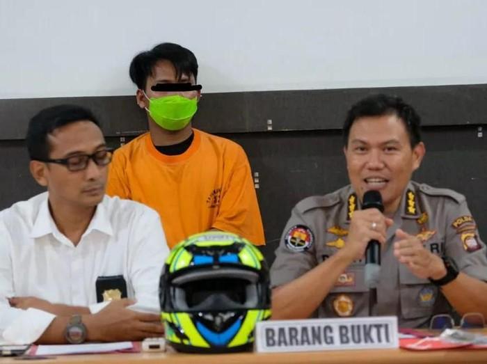 Kabid Humas Polda Kalbar Kombes Donny Charles Go memberikan keterangan pers terkait penangkapan begal Pontianak.