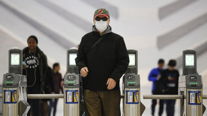 Jumlah pasien terinfeksi virus corona melonjak pesat di Amerika Serikat. Sejauh ini sebanyak 1.025 orang telah dinyatakan positif corona dan 28 lainnya meninggal dunia.