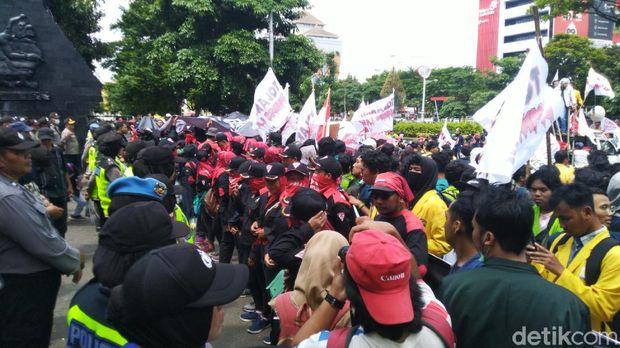 Tolak Omnibus Law, Buruh dan Mahasiswa Unjuk Rasa di DPRD Jateng